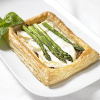 Asparagus, goat's cheese & caramelised onion tart