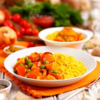 Wholesome vegetable curry with red pepper, sweet potato & peas
