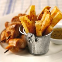Thick chips, chicken skewers & black pepper dip