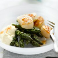 Griddled scallops with asparagus, crème fraiche & sweet chilli sauce