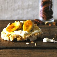 Bananas & cream topped caramel rice cakes