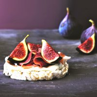 Cream cheese, Parma ham & figs on unsalted rice cakes